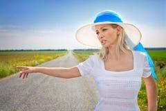 Frau mit Bargeld stoppt das Auto Lizenzfreie Stockbilder