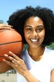 Frau mit Basketball Lizenzfreie Stockbilder