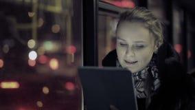 Frau mit Berührungsfläche im Bus stock video footage