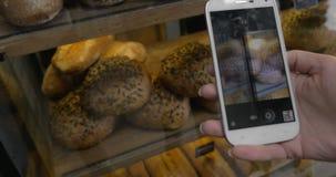 Frau mit beweglichem nehmendem Schuss des Brotes in der Bäckerei stock video footage