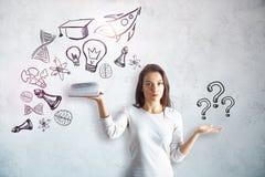 Frau mit Bildungsskizze lizenzfreies stockfoto