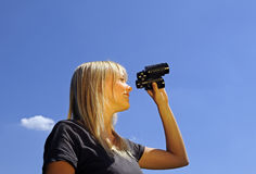 Frau mit Binokeln Stockbild