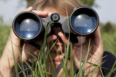 Frau mit Binokeln entdeckt Stockfotografie