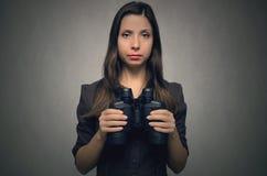 Frau mit binokularem stockbilder