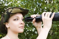 Frau mit binokularem stockbild