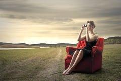 Frau mit binokularem Lizenzfreies Stockfoto