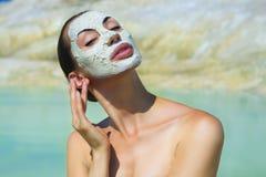 Frau mit blauem Clay Facial Mask Schönheit und Wellness Badekurort übertreffen Stockbild