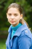 Frau mit blauem Mantel draußen Stockbilder