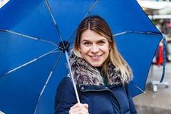 Frau mit blauem Regenschirm Lizenzfreie Stockfotos