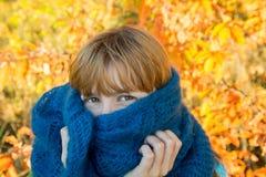 Frau mit blauem Schal Stockbild