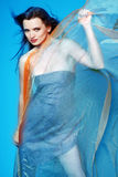 Frau mit blauem Schal. Lizenzfreies Stockbild