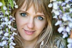 Frau mit blauen Augen Stockbild