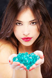 Frau mit blauen Felsen Stockfotografie