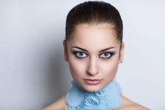 Frau mit blauer Halskette Stockbild