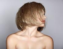 Frau mit blondem Pendel Stockfotos