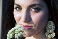 Frau mit Blume Stockbild