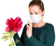 Frau mit Blume. Allergie stockfotografie