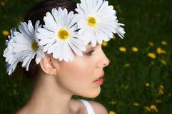 Frau mit Blume Diadem lizenzfreie stockfotografie