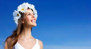 Frau mit Blume Diadem stockfotografie