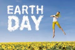 Frau mit Blume und Tag der Erde-Text Lizenzfreie Stockfotografie
