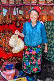 Frau mit Blumen auf Rock in Kirgisistan Stockfoto