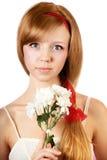 Frau mit Blumen auf Weiß lokalisiertem Hintergrund Stockbild