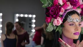 Frau mit Blumen und hellem Make-up stock video