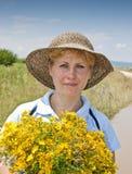 Frau mit Blumenstrauß Stockfotos