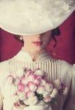 Frau mit Blumenstrauß Stockbild
