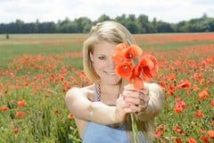 Frau mit Blumenstrauß Lizenzfreie Stockbilder