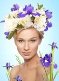 Frau mit Blumenstrauß auf Kopf Stockfotos