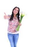 Frau mit Blumenstrauß Daumen zeigend stockbilder