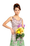 Frau mit Blumenstrauß von Blumen Stockfoto