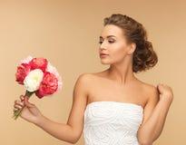 Frau mit Blumenstrauß von Blumen Lizenzfreies Stockbild