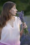 Frau mit Blumenstraußlavendel Lizenzfreies Stockfoto