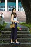 Frau mit Blumentreppehintergrund Lizenzfreies Stockfoto