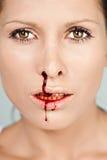 Frau mit blutiger Wekzeugspritze Stockfotografie
