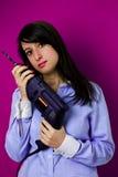 Frau mit Bohrgerät Stockfoto