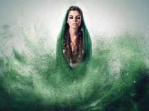 Frau mit Borten im grünen Staub Stockbilder