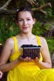 Frau mit Brombeeren Stockbild