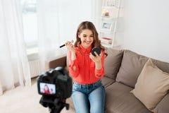 Frau mit bronzer und Kameraaufnahmevideo Stockfotografie