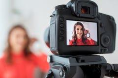Frau mit bronzer und Kameraaufnahmevideo Lizenzfreie Stockfotos
