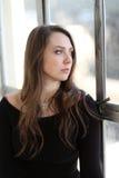 Frau mit Brown-Haar und schönen blauen Augen Lizenzfreies Stockfoto