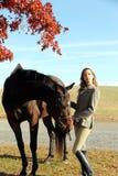 Frau mit Brown-Pferd im Fall Lizenzfreie Stockfotografie