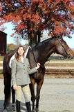 Frau mit Brown-Pferd im Fall Stockbild