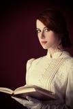 Frau mit Buch Stockfotografie