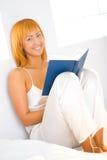 Frau mit Buch Lizenzfreies Stockbild