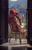Frau mit Buch auf einem Stuhl auf dem Balkon Stockfotos