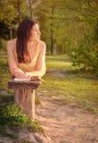 Frau mit Buch bei Sonnenuntergang Lizenzfreies Stockfoto