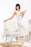 Frau mit Buch im Wohnzimmer Lizenzfreie Stockfotos